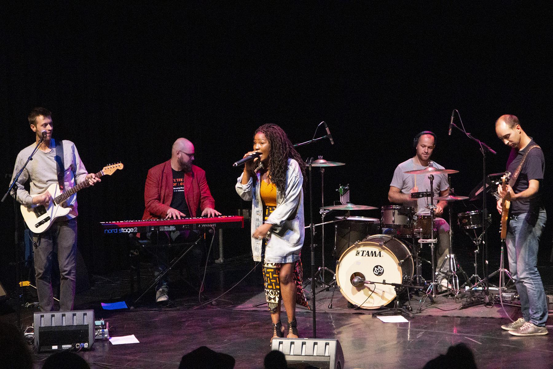 The Stage – Het optreden van de band EME met frontvrouw Emeraude Kabeya