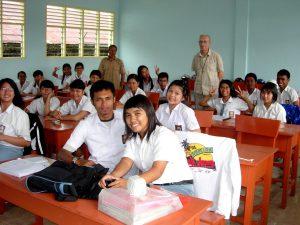 175 jaar Fraters van Tilburg bij Peerke Donders - foto: fraters achter in de klas geven les in Tarakan, Indonesië
