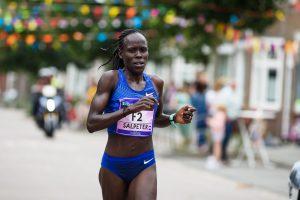 Nieuw parcoursrecord en beste wereldjaarprestatie Ladiesrun 10 km - foto van Lonah Chemtai Salpeter tijdens de run