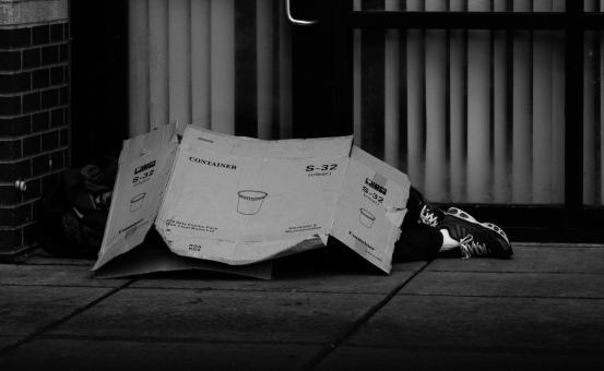 Internationale vredesweek – Week van de Werving - foto van iemand die op straat onder een stuk karton ligt