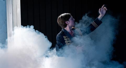 Twee jonge theatermakers wentelen zich gulzig in Tolstojs meesterwerk - scènefoto Oorlog en Vrede