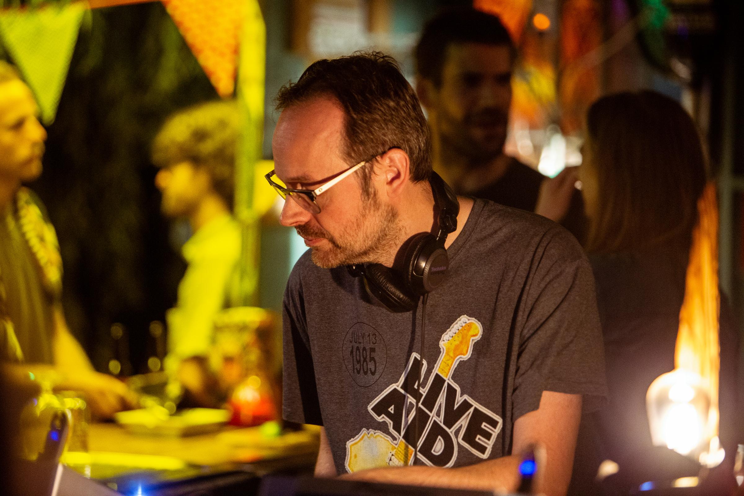 Naar de overkant van de nacht - foto van DJ Maus in actie